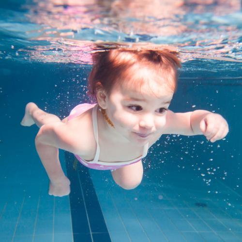 Egyedül úszó baby