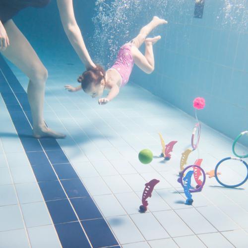 Játékért merülő kislány